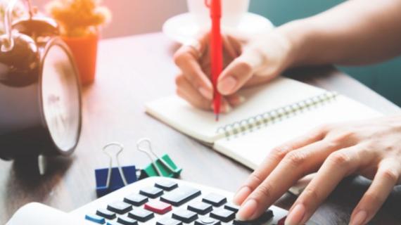 Cara menentukan gaji karyawan melalui pertimbangan dan riset kebutuhan